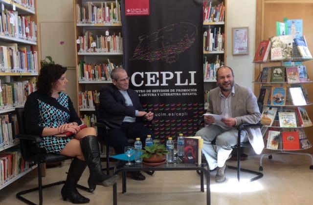 """Cristina Cañamares, Sergio Andricaín y Ángel Luis Luján presentan el libro """"La aventura de la palabra"""" en la biblioteca del CEPLI, Cuenca, España."""