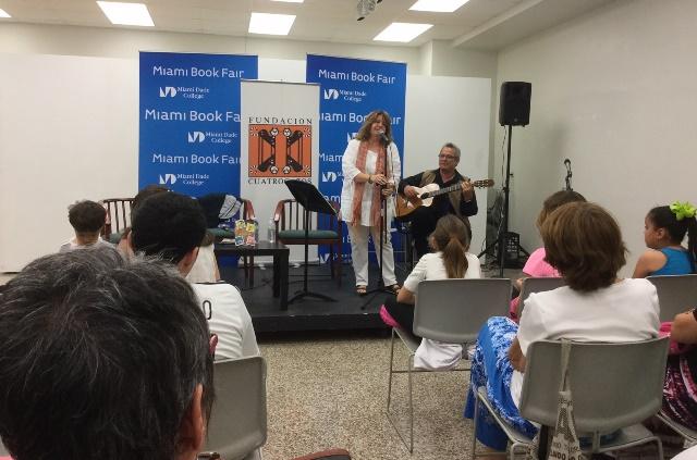 """Marisela Verena canta en la presentación de """"Mi nueva familia"""", libro de Iliana Prieto."""